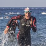Sebastian Kienle saliendo del agua en Cannes International Triathlon