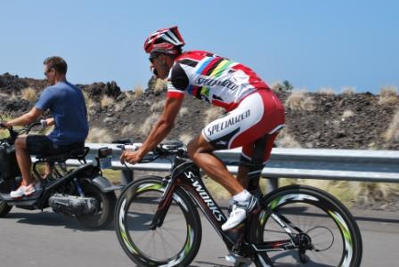 Chris McCormack tras moto con detalle para Triatlon Channel